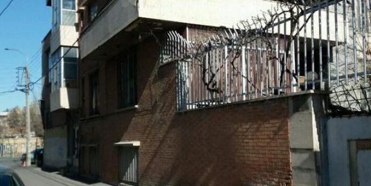 خانه کلنگی 350 متری دو نبش با سه باب مغازه بر راه آهن